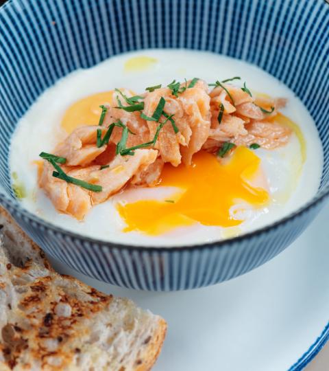 Печёные яйца, копчёная красная рыба